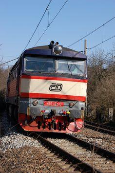 CD 749 Zamračená, Karlstein