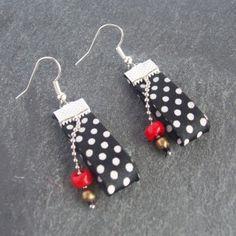 Boucles d'oreilles Ruban satin à pois noirs et blancs. Boucles d'oreilles rock attitude noir à pois blanc. Apprêt et chaîne à bille argentésn perles rouges et bronze. Bijoux - 3519511