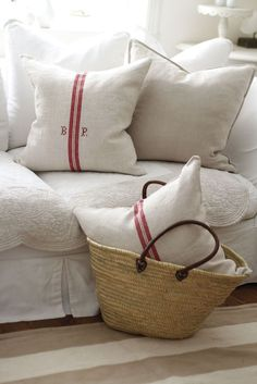 Inspiration in White: Red and White Linen cushions Red Cottage, Cottage Style, Farmhouse Style, Fresh Farmhouse, Cottage Living, Cozy Living, French Country Living Room, Country French, French Style