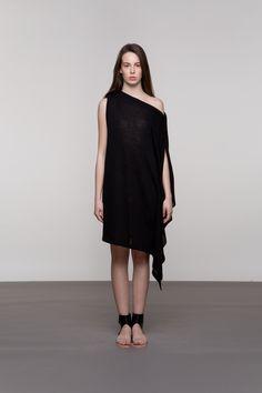 PLETENA ASIMETRIČNA HALJINA Jednostavnost i klasika najbolje opisuju ovu pamučnu haljinu. Njezini podebljani rubovi na ramenima i dva široka sloja na jednoj strani naglasit će je u sveukupnom izgledu. Može se nositi i kao tunika, odlično ide uz sve vrste obuće.