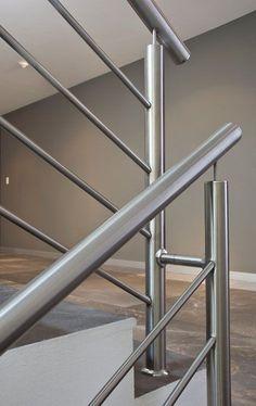 BARANDALES MODERNOS Diseños Contemporaneos - EMARQ.net Stainless Steel Stair Railing, Metal Stair Railing, Staircase Railing Design, Steel Stairs Design, Steel Gate Design, Door Gate Design, Balcony Grill Design, Balcony Railing Design, Balustrade Inox