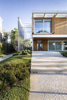 Image 33 of 52 from gallery of Jardim do Sol House / Hype Studio. Photograph by Marcelo Donadussi Architecture Visualization, Modern Architecture, Compound House, Minimal Home, Luxury House Plans, Big Houses, Contemporary Interior, Curb Appeal, Luxury Homes