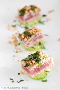 Lightly seared fresh ahi tuna topped with peanut sauce and fresh cilantro served on a cool cucumber slice. / Appetizer & Finger Food Recipes Source by maderby Light Appetizers, Bread Appetizers, Finger Food Appetizers, Finger Foods, Tapas, Sushi, Food Goals, Asian, Clean Eating Snacks