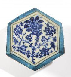 CARREAU MAMELOUK DU XVE SIÈCLE En céramique siliceuse, hexagonal, à décor [...], Art d'Orient & Orientalisme à Millon et Associés Paris | Auction.fr
