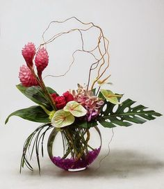 Tropical vase arrangement with Anthurium 'Pistache' with a fantastic pink grain, Ginger, Mokara orchids, Hot Lady roses, hydrangea and tropical foliage | Fiore Anthurium