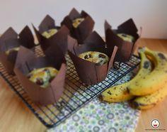 Muffins de plátano y chocolate enfriando en bandeja. Aroma de chocolate