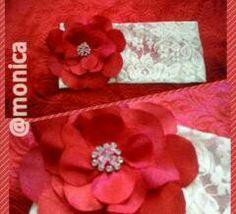 Tiara de renda com flor trabalhada vermelha.