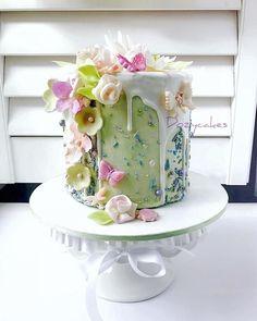 This cake is fantastic! I can see it as a multi tier wedding cake. Garden/Bono Wedding. Ready for Spring by Dozycakes #weddingcakes
