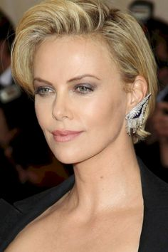 Lovely 60+ Charlize Theron Short Hairstyle Ideas https://www.tukuoke.com/60-charlize-theron-short-hairstyle-ideas-5648