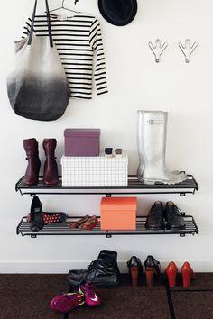 Shoe Shelf skohylla från Maze, formgiven av Olof Kolte. En skohylla med enkel design som ger e...