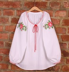 Bluza cu trandafiri Embroidered Clothes, Embroidered Blouse, Embroidery Dress, Folklore, Frock Fashion, Western Dresses, Floral Tops, Style Me, Wrap Dress