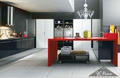 Deixe a sua cozinha com um toque de luxo, use cores mais sérias e opte por acessórios mais elaborados, como o lustre.