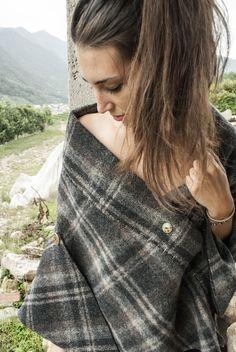 PONCHO KENEO  Poncho apribile in lana, decorato con file di resistenze e bottoni anni 90.
