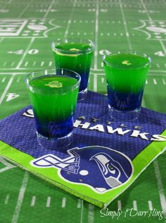 Are you a Seattle Seahawks fan? Have fun while watching the game by making and enjoying this Seahawks themed dual color layered shot. Super Bowl Time, Super Bowl Sunday, Seahawks Game, Seattle Seahawks, Nfl Seattle, Bar Drinks, Cocktail Drinks, Beverages, Cocktails