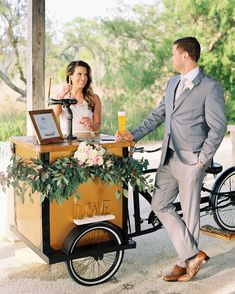 It didn't take long for the food truck craze to find its way into weddings. Couples latched on almost immediately, hiring trucks, carts, and more to serve everything from traditional street food to organic takes on global cuisine at their celebrations. Food Truck Wedding, Wedding Reception Food, Dessert In A Jar, Dessert Food, Mason Jar Desserts, Mobile Bar, Food Photography Tips, Home Brewing Beer, Signature Cocktail