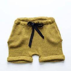 Ministrikk-tipset! Lei av å strikke snor? Grove bomullsbånd er en liten detalj i seg selv og kan skiftes ut og varieres i fargen med antrekket forøvrig. La f.eks en sort snor ta igjen en mørk cardigan, eller en lysebrun fange nyansen i brune sommersandaler. Fås på metervare i sybutikkene. || The Bamboo Loose Fit Shorts. Pattern: #ministrikk