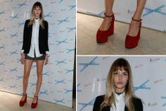 Divina la modelo Chloe Bello con esos zapatos rojos que le daban vida a su conjunto en tonos neutros. Foto: Mass PR