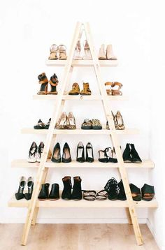 DIY Ladder Shelves Tutorial from A Pair & A Spare. The pine planks (get them cut by the hardware store) are attached to the ladder with simple L brackets. Below is a photo of the DIY ladder shelves styled for a living room. Diy Ladder, Ladder Shelves, Wooden Ladder, Shoe Shelves, Ladder Storage, Stair Storage, Shoe Shelf Diy, Shoe Rack Ladder, Wooden Shoe
