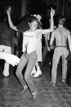 Diana Ross dancing at Studio 54 in New York City. Get premium, high resolution news photos at Getty Images Disco Fashion, 70s Fashion, Fashion History, Fashion Outfits, Jane Birkin, Janis Joplin, Studio 54 Moda, Studio 54 Disco, Vogue