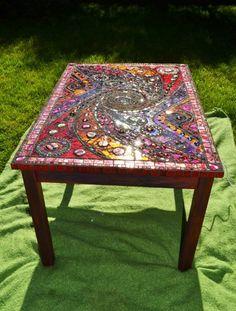Red & Gold Mosaik 'light box' table von NikkiEllaWhitlock auf Etsy