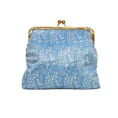 A stylish Moomin lace patterned clutch bag featuring Moomintroll. Removable shoulder strap, lining and goldenframe snap closure.Material100 % cotton, colour white and light blue, size 20 x 18 x 8 cm.TyylikäsMuumi clutch -laukkuihastuttavassa Muumi-pitsissä, Muumipeikko näkyy kuosissa. Laukku on vuoritettu ja pehmustettu, siinä on irroitettava olkahihna ja ihanana yksityiskohtana kultainen klipsikiinnitys. Materiaali 100 % puuvilla, väri valkoinen ja vaaleansininen, koko20 x 18 x 8…