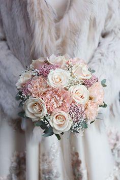 """Top 20 der schönsten Brautsträuße In der Renaissance war der Brautstrauß ein reiner Duftstrauß, um Abhilfe von der """"dicken Luft"""" in der Kirche zu schaffen. Heute ist er das wohl wichtigste Accessoire der Braut. Lass Dich inspirieren und finde Deinen persönlichen Hochzeitsstrauß! Die schönsten Brautsträuße: Platz 20 Die perfekte Wahl für Hochzeiten im"""