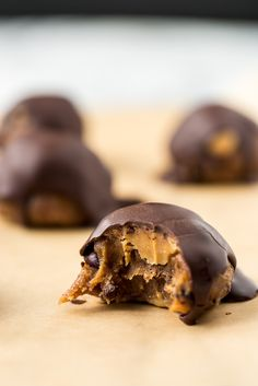 Vegan Peanut Butter Cacao Crunch Date Caramel Truffles (Peanut Butter Substitute) Cacao Recipes, Raw Food Recipes, Chocolate Recipes, Dessert Recipes, Alkaline Recipes, Raw Chocolate, Healthy Recipes, Healthy Chocolate, Chocolate Brownies