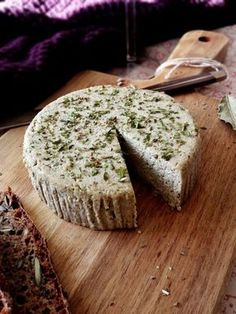Vegetable cheese with garlic & herbal sunflower seeds (vegan, vegan . Raw Vegan Recipes, Veggie Recipes, Vegan Gluten Free, Hummus, Masterchef, Foods To Avoid, Vegan Protein, Vegan Butter, Vegan Cheese