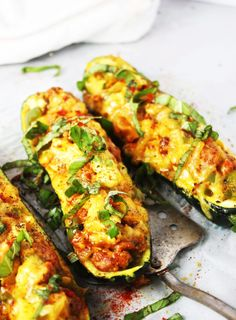 Cheddar and Sausage Stuffed Zucchini Boats [21 Day Fix friendly] - These…