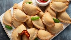 Snack Recipes, Snacks, Calzone, Apple Pie, Chips, Pizza, Desserts, Food, Basket