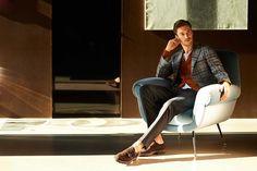何とな〜く、いまイケてるシューズブランドの中にParabootがエントリーしているコトをご存知の方は多いでしょう。でもその理由を本当に分かっている方は少ないのでは? それはParabootのモノ作りと Mens Poses, Fancy Chair, Man Sitting, Mens Fashion, My Style, Armchair, Moda Masculina, Man Fashion, Fashion Men