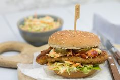 Broodje kipschnitzel met coleslaw Delicious Burgers, Salmon Burgers, Sandwiches, Nom Nom, Snacks, Food And Drink, Tasty, Chicken, Ethnic Recipes