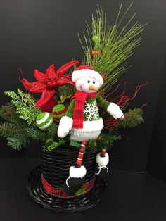 Snowman hat Christmas Floral Arrangements, Christmas Centerpieces, Christmas Decorations, Christmas Ornaments, Snowman Hat, Mad Hatter Hats, Garden Club, Christmas Treats, Xmas