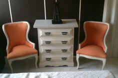 Mesa recibidor con dos butacas de estilo francés