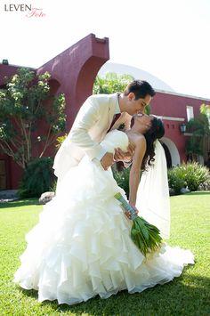 Novios, boda, jardín, sesión nupcial, ramo, momentos previos
