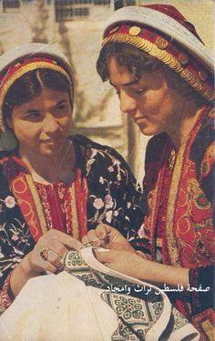 تطريز فلسطيني. رام الله، فلسطين. حوالي ١٩٦١. Palestinian embroidery. Ramallah, Palestine. About 1961. Bordado palestino. Ramallah, Palestina. Acerca de 1961.
