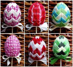 Falešný patchwork aneb Hody hody, dejte vejce... | Moje mozkovna Folded Fabric Ornaments, Quilted Ornaments, Handmade Ornaments, Sugar Eggs For Easter, Easter Eggs, Styrofoam Crafts, Loom Bands, Easter Crafts, Origami