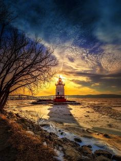 Frozen Solid - Sun is setting behind the little lighthouse located on the Hudson River in Tarrytown, NY. The river was almost completely frozen over. Grands Lacs, Beautiful Places, Beautiful Pictures, Lighthouse Pictures, Beacon Of Light, Amazing Nature, Belle Photo, Beautiful Landscapes, Scenery