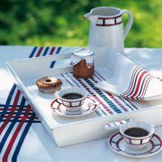 Un plateau décoré de rayures en mosaïque bleu, blanc, rouge / A tray decorated with stripes blue, white, red