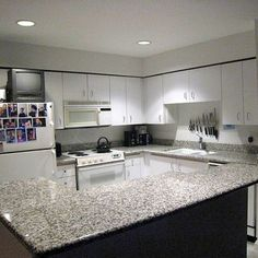 Browse photos of granite kitchen countertops of various styles to see designs that can fit into your next kitchen remodel. Outdoor Kitchen Countertops, Kitchen Countertop Materials, Granite Kitchen, Kitchen Tiles, Granite Countertops, New Kitchen, Kitchen Reno, Black Kitchens, Home Kitchens