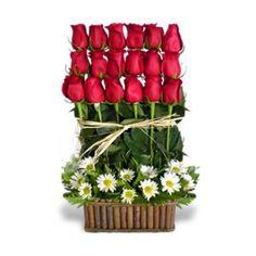 ARREGLO DAMA ELEGANTE (Código A030) Consta de Rosas, maule más verde con canasta como base, disponibles en varios colores. Valor: $ 31.990