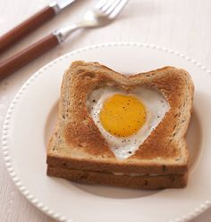 Croque-monsieur heart with ham and fried egg - Valentine's Day - Recipes Co .- Croque-monsieur heart with ham and fried egg - Valentine's Day - Cooking R Menu St Valentin, Valentines Food, Valentine Makeup, Valentine Cards, Saint Valentine, Food Festival, Street Food, Sandwiches, Brunch