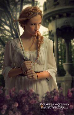 """Serafina grinste :""""Hattest du überhaupt schon mal ein Schwert in der Hand ?"""" """"Nein, deshalb wirst du es mir beibringen, oder ?"""""""