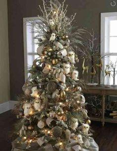 de petites chouettes blanches et une décoration sapin de Noël en argent