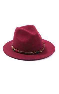 MILWAUKEE DARK RED est un chapeau en feutre rouge orné de pierres et de pampilles tout autour de la tête. Avec son look hippie chic et sa forme