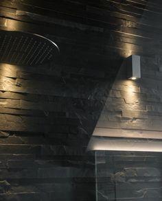 Badsanierung mit Präzisionsmauerwerk in Mustang Schiefer und mit passender Wandbeleuchtung
