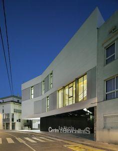 Centro de Especialidades Médicas en La Nucía (Alicante), realizado por Crystalzoo, José Luis Campos Rosique. Alicante, Mansions, House Styles, Home Decor, Centre, Architects, Trendy Tree, Decoration Home, Manor Houses