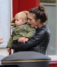 Paparazzi has made a real gift for fans of keira Knightley - the first time they managed to capture the actress and her daughter Edie. Keira Knightley is trying Keira Knightley Style, Keira Christina Knightley, Hollywood Actresses, Actors & Actresses, Lily James, Celebrity Kids, English Actresses, British Actors, Best Actress