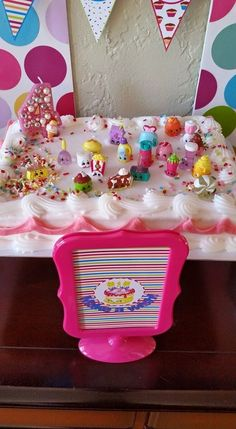 Shopkins decorate a plain cake from Target