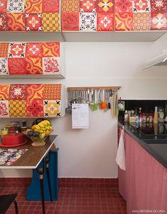 Sabe aquele seu armário antigo que você acha que não tem jeito? Nossa ideia é escolher uma padronagem linda e adesivá-lo. Mais ideias em www.historiasdecasa.com.br #cozinha #kitchens #azulejos